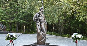 Памятник влюбленным в городе Ханты-Мансийске